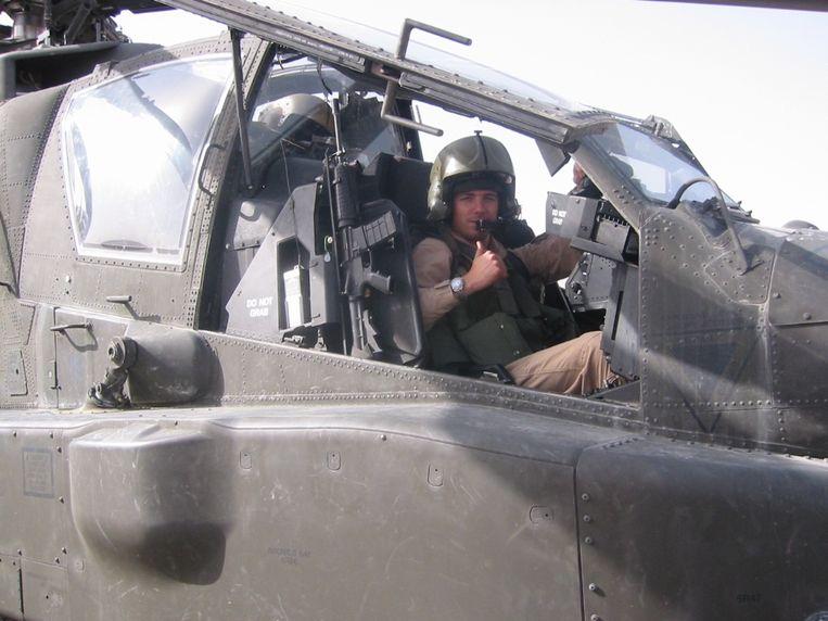 Roy de Ruiter in zijn gevechtshelikopter. Beeld