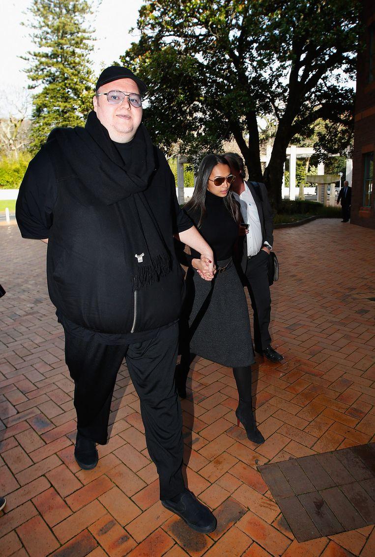 Kim Dotcom arriveert, in het gezelschap van zijn echtgenote, bij het gerechtshof in Auckland. Beeld getty