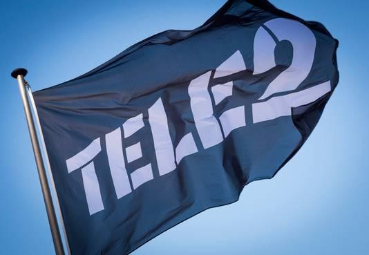 Een vlag met het logo van telecomaanbieder Tele2.