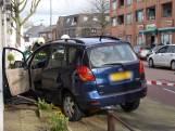 Vrouw rijdt tegen gevel van woning in Oosterhout