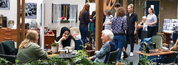 Studenten en senioren uit Deventer met elkaar in gesprek in Keizerslanden.