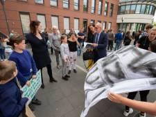 """Woonwagendemonstratie bij Kamper stadhuis: """"Wij willen vakken!"""""""