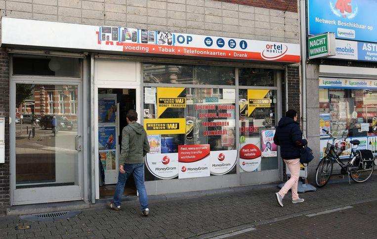 De getroffen buurtwinkel in de Merodestraat.