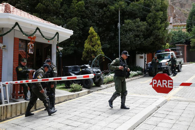 Politieagenten houden de wacht bij de ingang van de residentie van de Mexicaanse ambassadeur in La Paz, Bolivia.