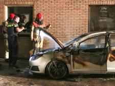 Bootjes en auto gaan op Urk in vlammen op