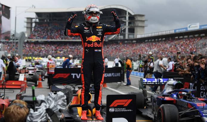 Max Verstappen juicht nadat hij de Grand Prix van Duitsland heeft gewonnen.