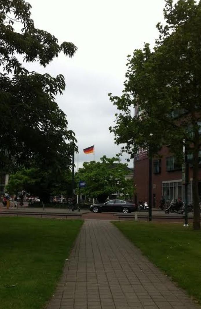 Speciaal voor het EK hijst Enschede de Duiste vlag om onze oosterburen een hart onder de riem te steken