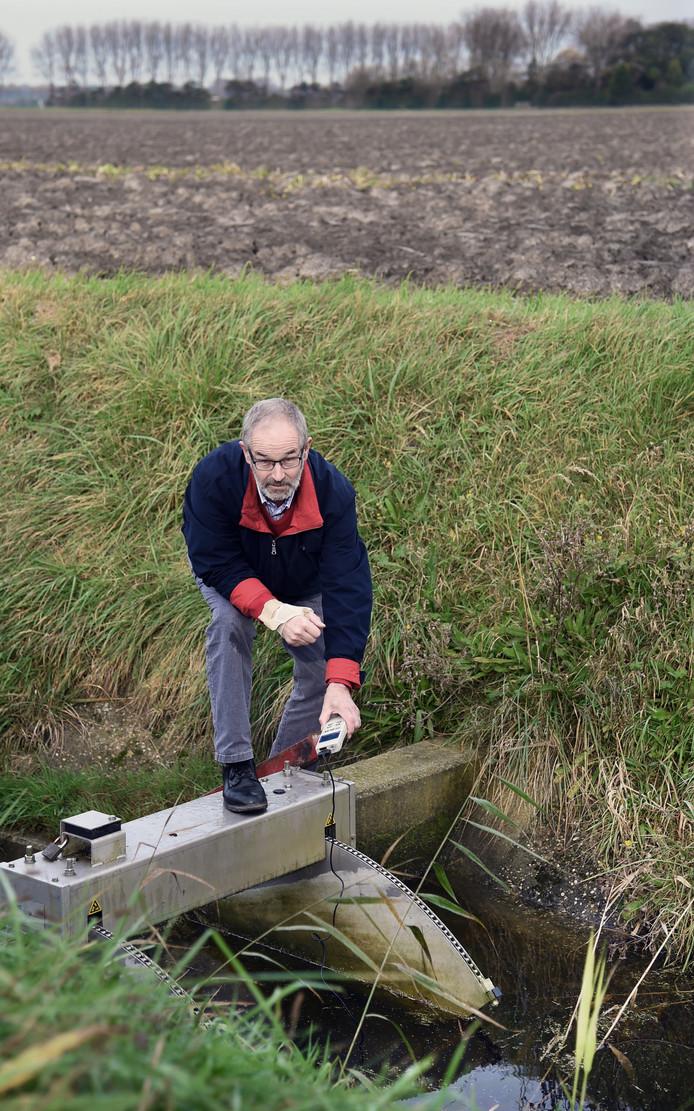 Wim van Nieuwenhuijze is één van de acht agrariërs die bij Oostkapelle en Vrouwenpolder samen een 'waterhouderij' hebben opgezet, zodat ze zelf het grondwaterpeil kunnen reguleren.