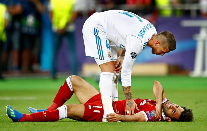 Mohamed Salah kermt van de pijn na zijn veelbesproken duel met Sergio Ramos.