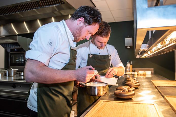 Chef-kok Wouter Kik (l) met sous-chef Laurens van den Berg dresseren Makreel Marrakesh.