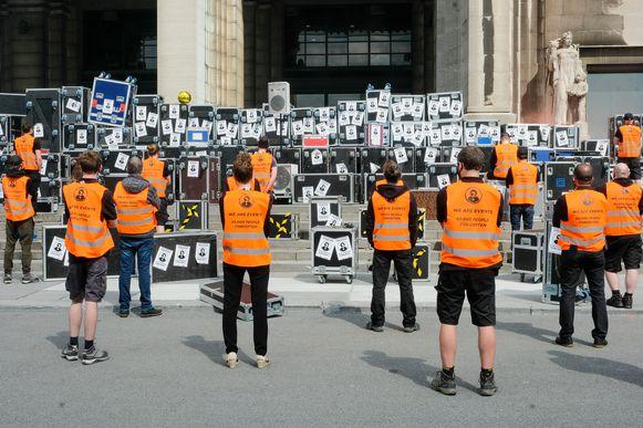 1.000 zwarte koffers op de trappen van Paleis 5 op de Heizel symboliseren de 80.000 mensen die in de financiële problemen komen.