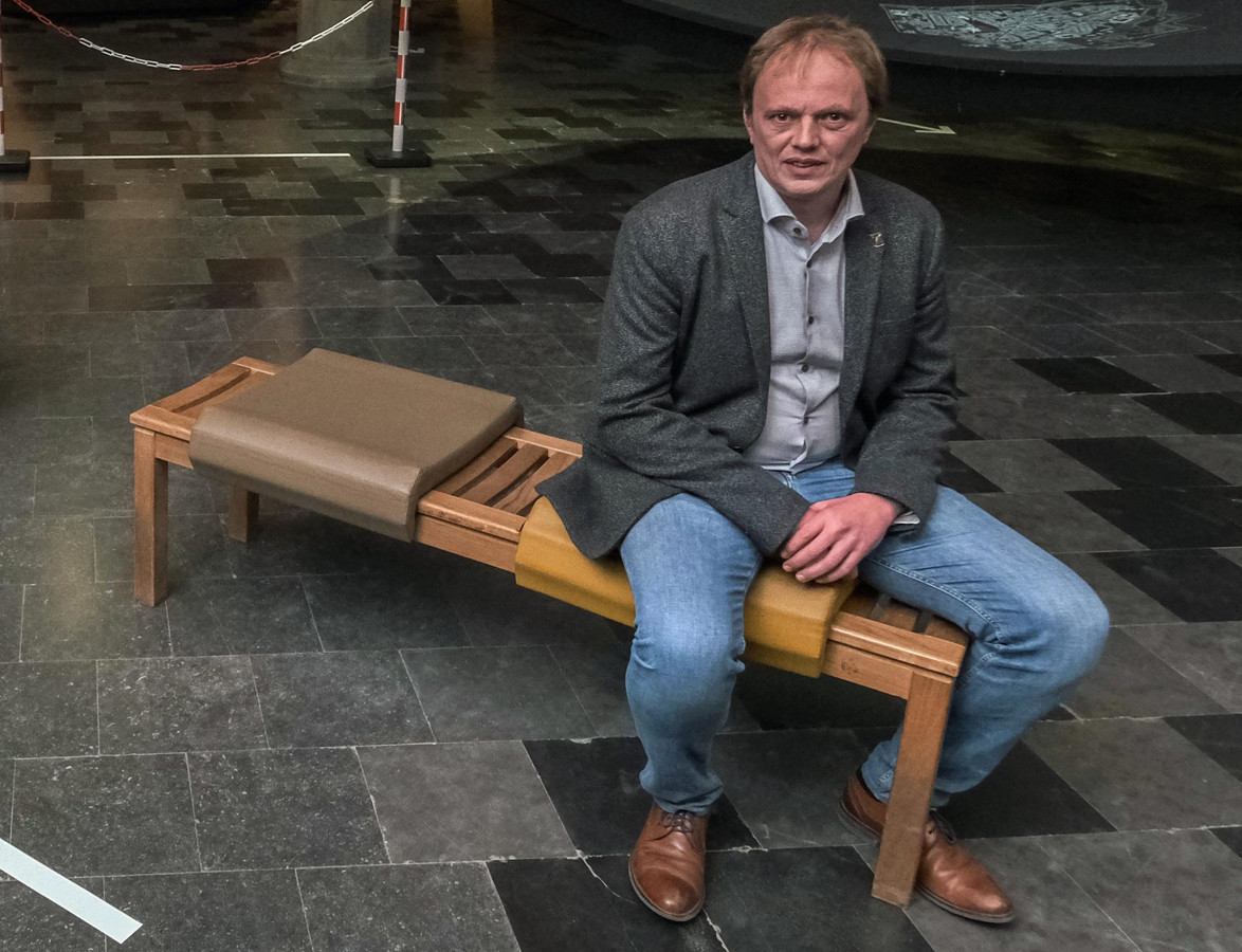 """Schepen Dimitry Soenen op een bankje aan de ingang van het museum: """"De vernieuwingsoperatie was al gepland van voor de coronacrisis"""""""