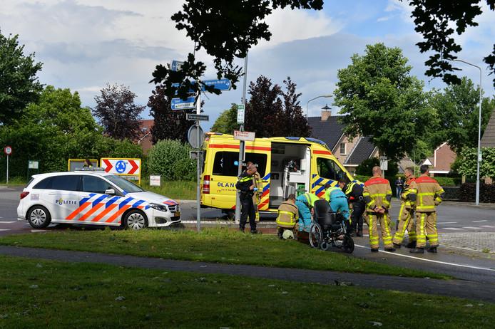 Hulpverleners verzorgen de man, die bij de val een hoofdwond opliep.