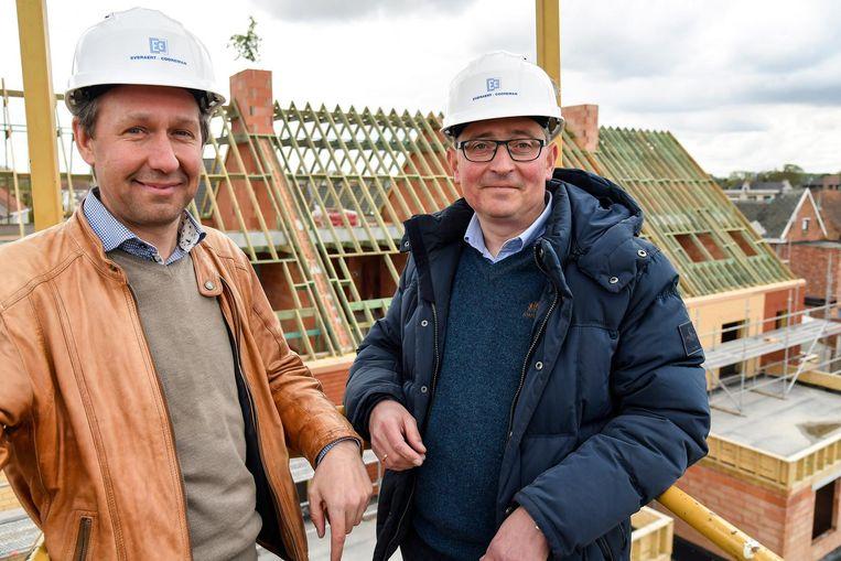 Voorzitter Tom Bogman en burgemeester Tom Van Herreweghe aan de sociale woonsite.