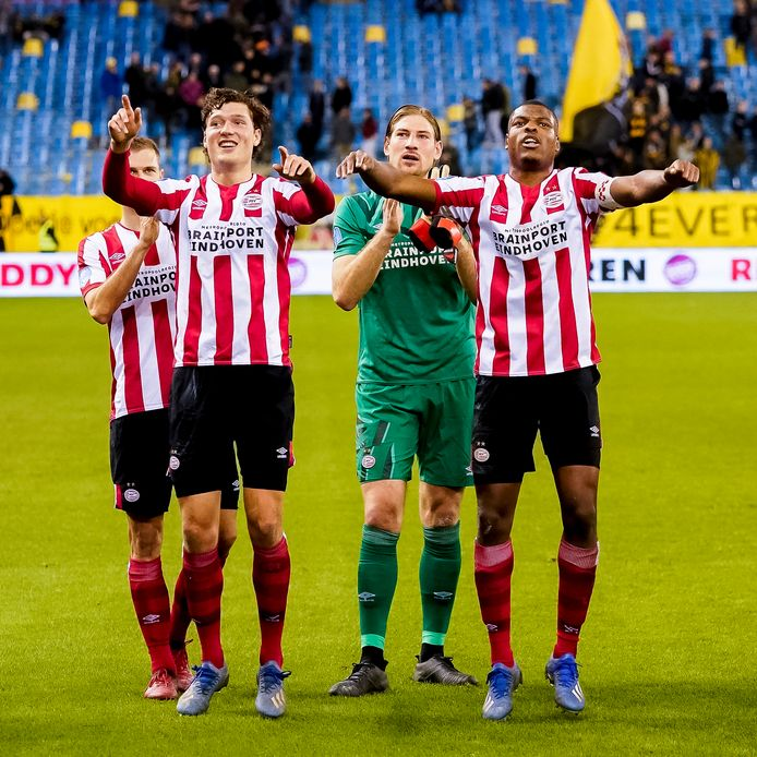 Juichende PSV'ers na het uitduel met Vitesse, van 23 februari. In ieder geval tot 1 juni is het beeld niet te zien, omdat betaald voetbal niet mogelijk is tot die datum.
