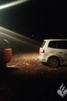 Politiewagen in Tubbergen uit blubber gehaald door buurtbewoners