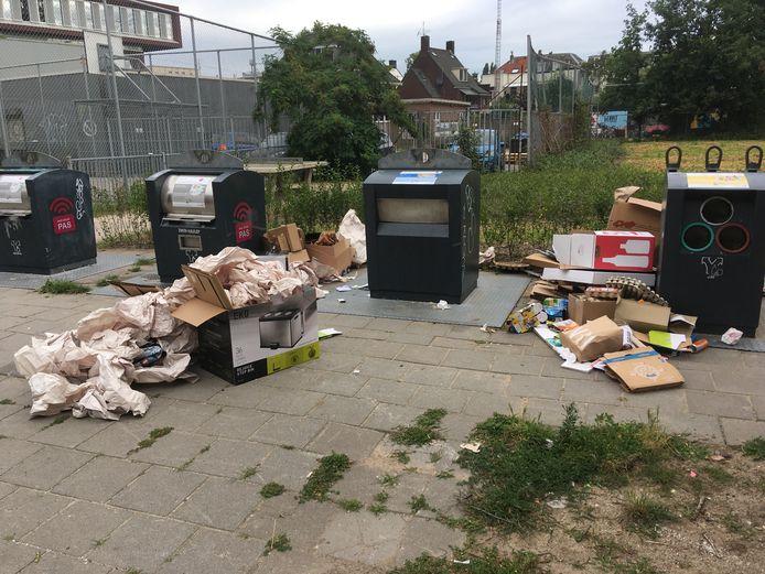 Vervuiling rond een ondergrondse container voor restafval in de Arnhemse wijk Het Broek.