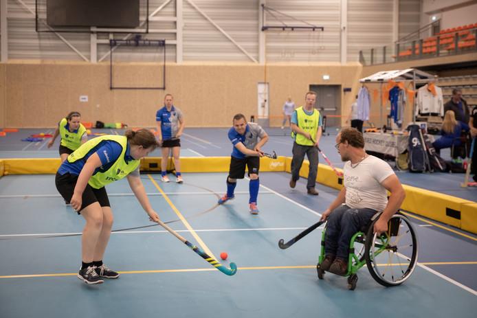 Fanatiek hockeyen bij de G-sport bijeenkomst in Ede.