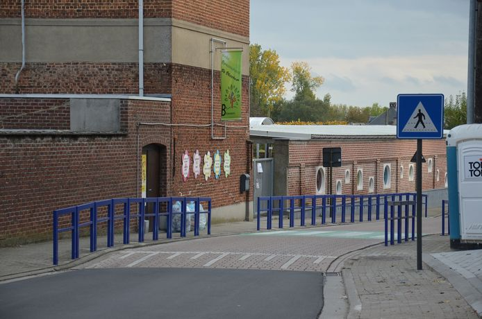Aan basisschool De Bloesem in Kerksken werden er al blauwe beugels geplaatst.