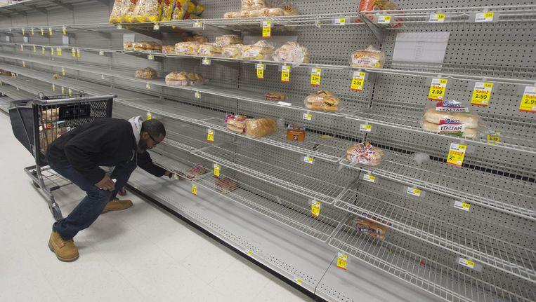 Nagenoeg lege schappen in de supermarkten. Beeld epa