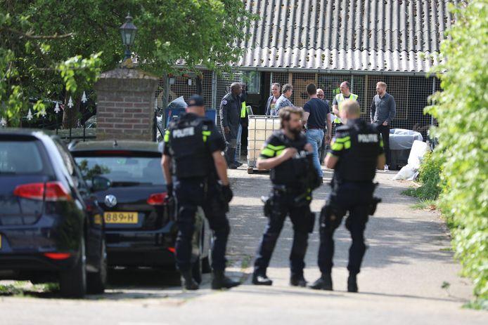 De politie bij het pand waar het drugslab werd gevonden in Zevenaar.