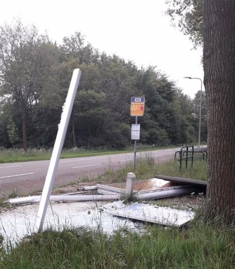 Buurtbewoners willen plaatsing verkeersborden nadat vrachtwagen op bushokje bij Staphorst knalt