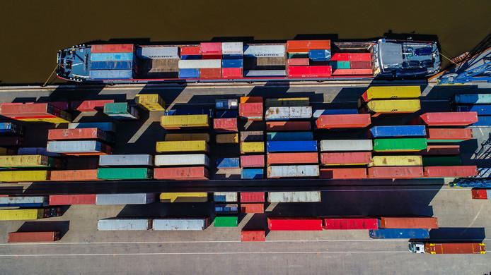 De Buitenhaven wordt uitgediept, zodat er grotere containerschepen doorheen kunnen.