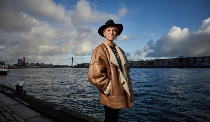 Joy van 't Veer: ,,Mijn vriend is mijn inspiratiebron. Hij woont al zijn hele leven antikraak. In de zomer werkt hij in een strandtent, in de winter gaat hij op reis.''