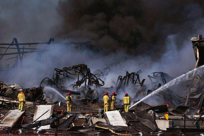 Een dag na de grote brand in Hapert is de brandweer nog aan het nablussen. Restanten worden weggehaald om er bij te kunnen.
