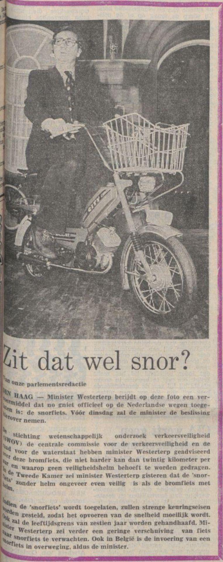 20 februari 1976: 'Zit dat wel snor?', vraagt Trouw op de voorpagina, onder een foto van minister Westerterp op een snorfiets. Beeld Trouw