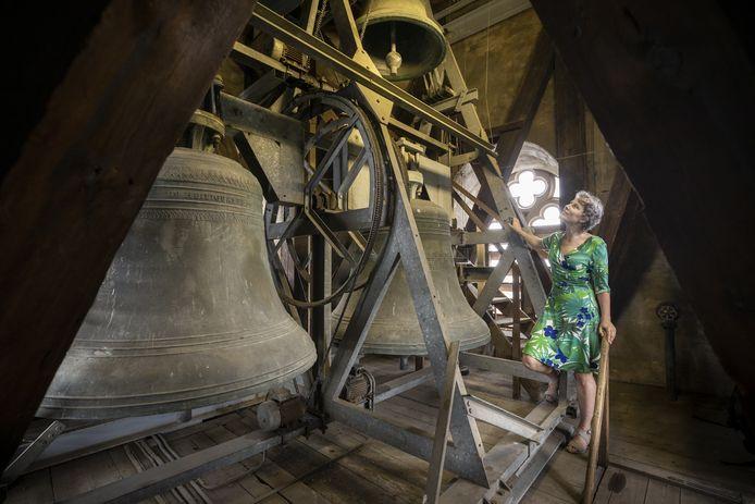 Stadsbeiaardier Esther Schopman zoekt liedjes uit Enschede voor het carilon van de Grote Kerk.