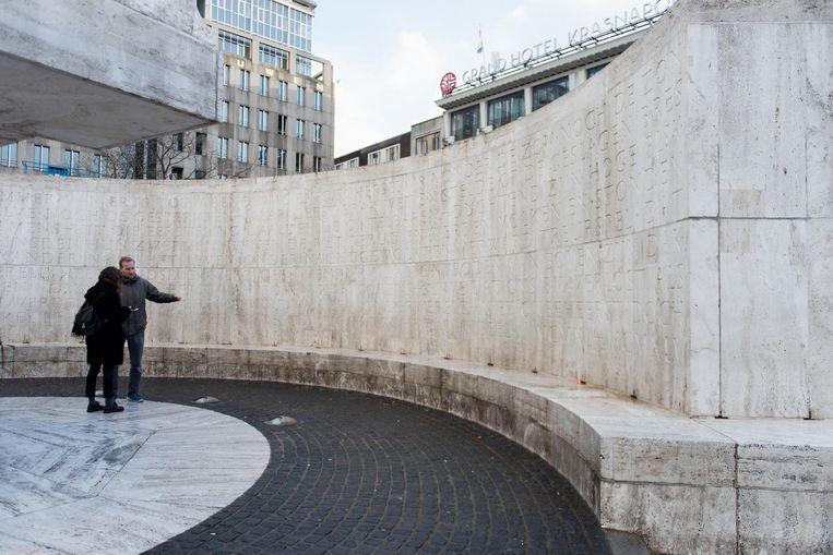 Het gedicht voor op het Nationaal Monument op de Dam was korter dan letterontwerper Jan van Krimpen had gedacht. Vandaar die witregel onderaan de tekst Beeld Marijke Stroucken