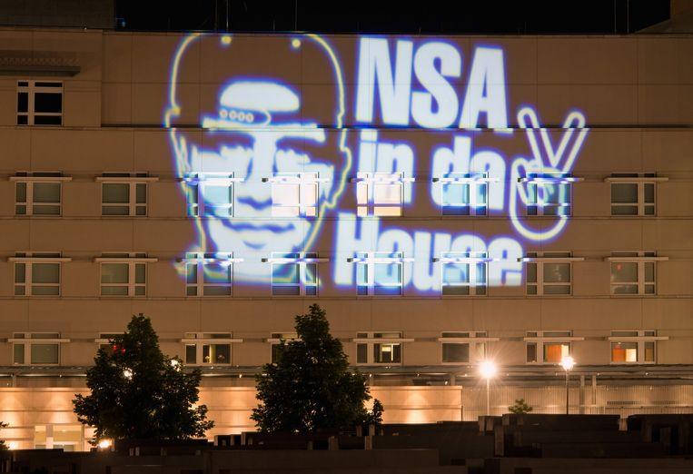 Projectie van de Duitse artiest Oliver Bienkowski op de Amerikaanse ambassade in Berlijn, nadat het bekend werd dat NSA de Duitse regering afluisterde. Beeld epa