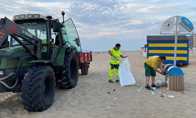 De medewerkers van de technische dienst waren tot laat zaterdagavond bezig om het strand weer proper ter krijgen voor een nieuwe drukke dag.