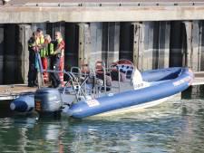 Zie ginds komt toch echt de politieboot in zeehaven Moerdijk