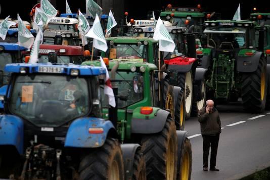 Franse boeren blokkeren de ring rond hoofdstad Parijs met hun voertuigen.