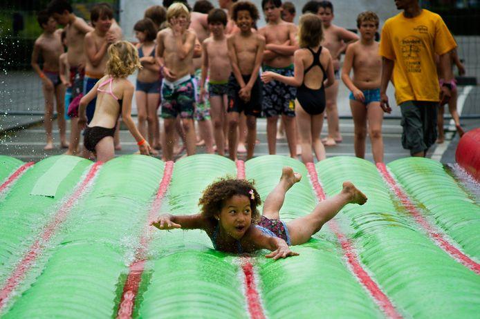 BREDA - Buikglijden op water kan straks misschien ook in je eigen Vakantiestraat.