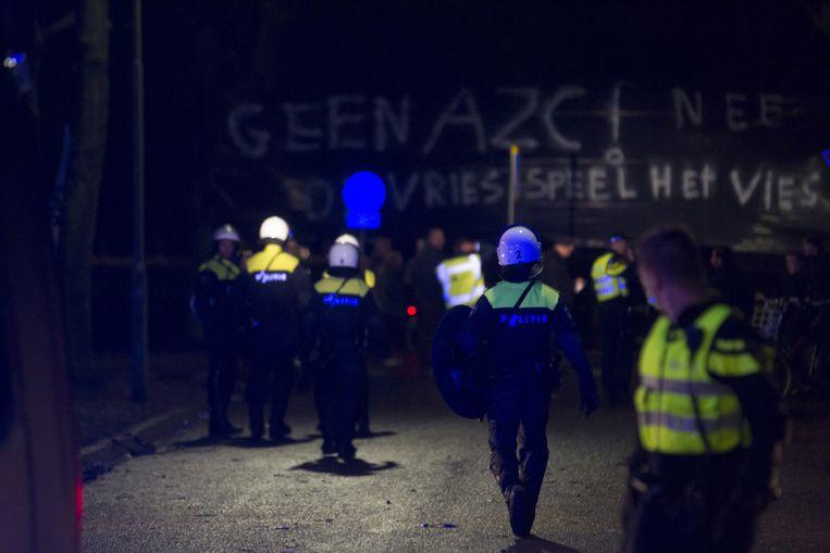 Inwoners van Geldermalsen dragen een spandoek met daarop: 'Geen AZC. De Vries speelt het vies.' Beeld anp