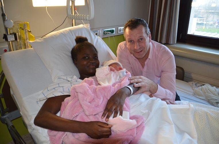 Nieuwjaarsbaby Fatou, het dochtertje van Ndieme en Yves, is de eerste baby die op 1 januari 2020 werd geboren in het ASZ in Aalst.
