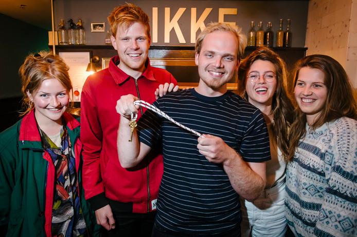 Vincent Brink is woensdagavond in cafe Nieuwe Dikke Dries uitgeroepen tot beste huisbaas van het jaar en ontving hiervoor de Gouden Sleutel.