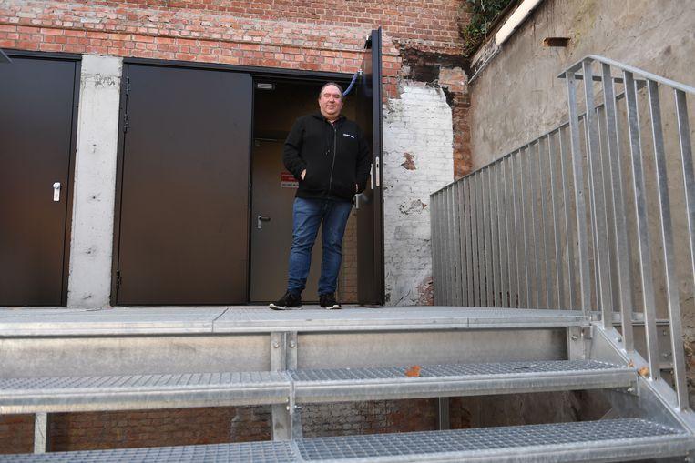 Directeur Mike Naert bij de nieuwe nooduitgang van de Leuvense concertzaal.