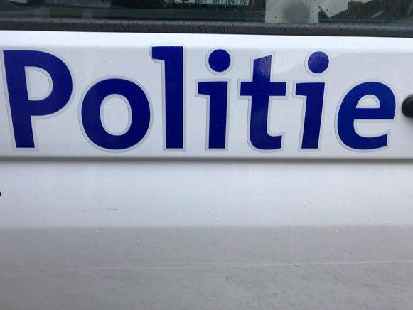 De politie onderzoekt de dubbele inbraak.