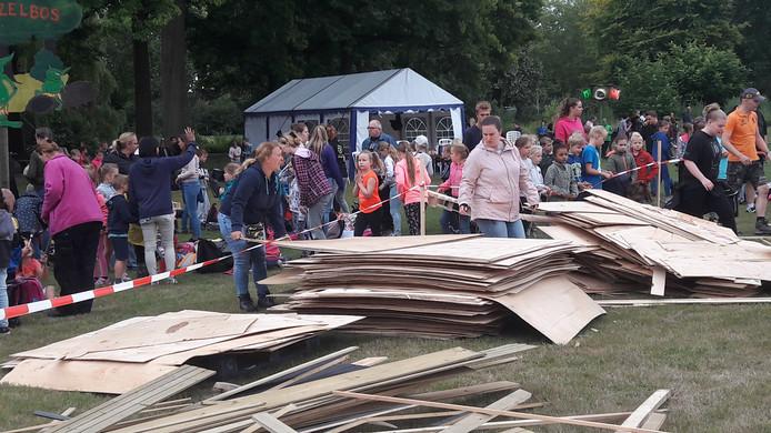 Kindervakantieweek KAKO in Oss: materiaal ligt klaar voor de traditionele bouw van hutten.