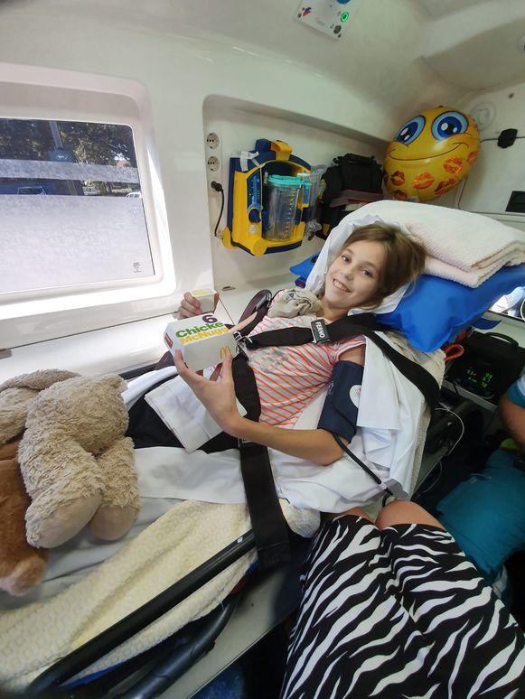 Afanaisha met kipnuggets in de ziekenwagen.