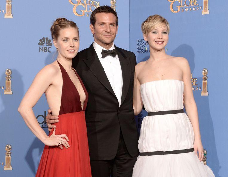 Jennifer Lawrence (R) met Bradley Cooper en Amy Adams. Beeld afp