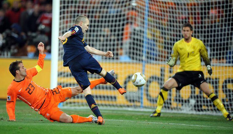 Andres Iniesta scoort namens Spanje de 0-1 tegen Nederland in de WK-finale van 2010. Beeld EPA
