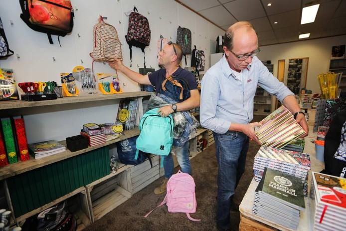 Ted Martens (L) en Armand Holster (R) openen 'De Schoolcampus' aan de Ginnekenweg. Een winkel met schoolbenodigheden in de geest van de recent gesloten V&D Foto Ramon Mangold/ Pix4Profs.