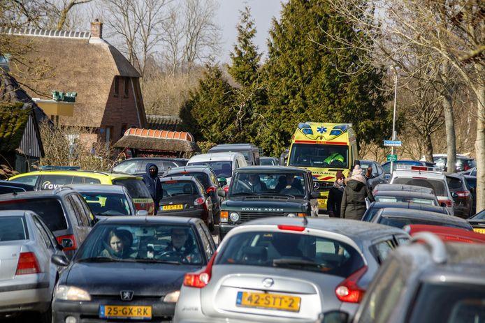 De hulpdiensten hadden donderdag grote moeite een gevallen schaatser te bereiken door de honderden lukraak geparkeerde auto's.