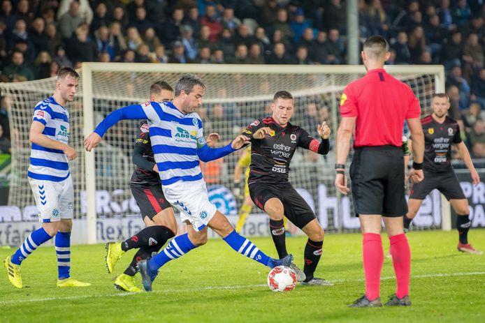 Ralf Seuntjens van De Graafschap (links) in duel met Luigi Bruins van Excelsior.