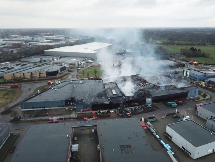 Beelden vanuit de lucht van het getroffen pand in Aalten.